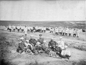 Офицери от 3-та Гвардейска пехотна дивизия по време на обяд, вероятно в лагера при Яръм-Бургас (дн. Кумбургас, Турция), 1878 г.