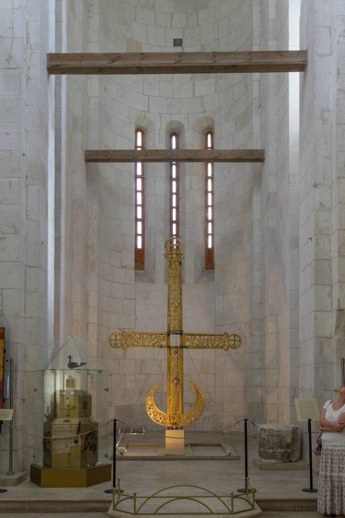 Старый крест в алтаре Дмитриевского собора