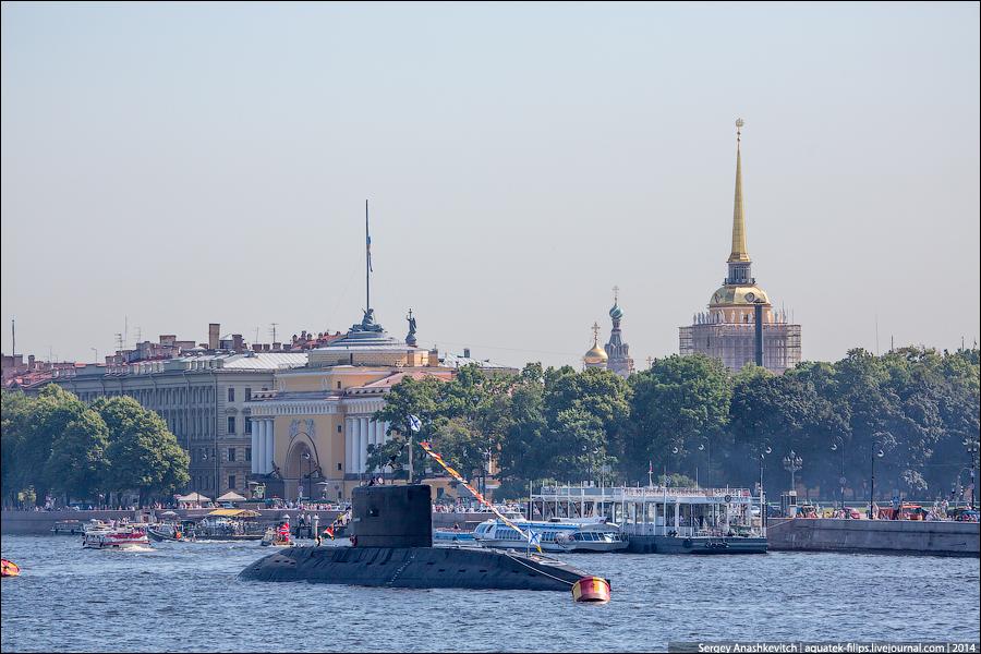 Военные корабли в дворцовом интерьере