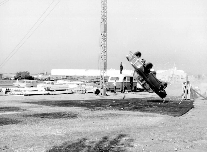 Sicherheitsentwicklung bei Mercedes-Benz mit Hilfe systematischer Crashtests. Überschlagversuch auf dem Prüfgelände im Werk Sindelfingen mit einem Typ 220 SEb Coupé an der Korkenzieherrampe (Anfahrgeschwindigkeit 80 km/h) im Jahr 1962.