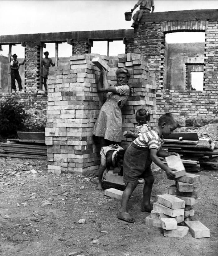 Венгрия, 1948 год - Дети и взрослые на работах по восстановлению разрушенного жилья