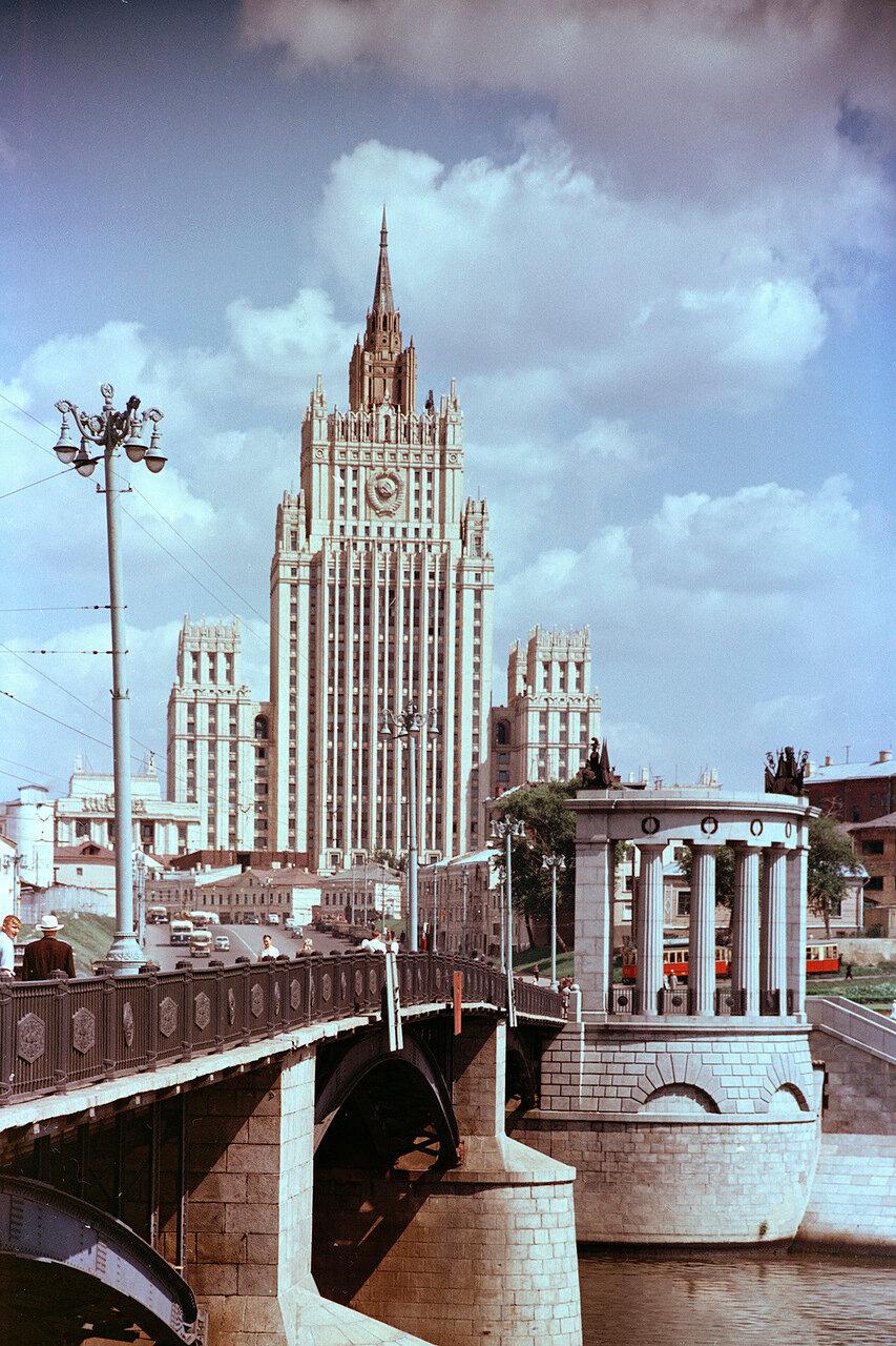 МИД на Смоленской площади, вид с Бородинского моста