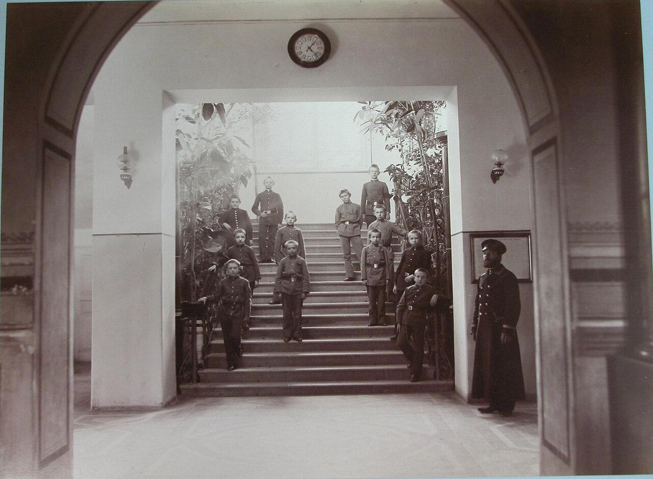 11. Группа гимназистов Киево-Печерской гимназии на главной лестнице в вестибюле