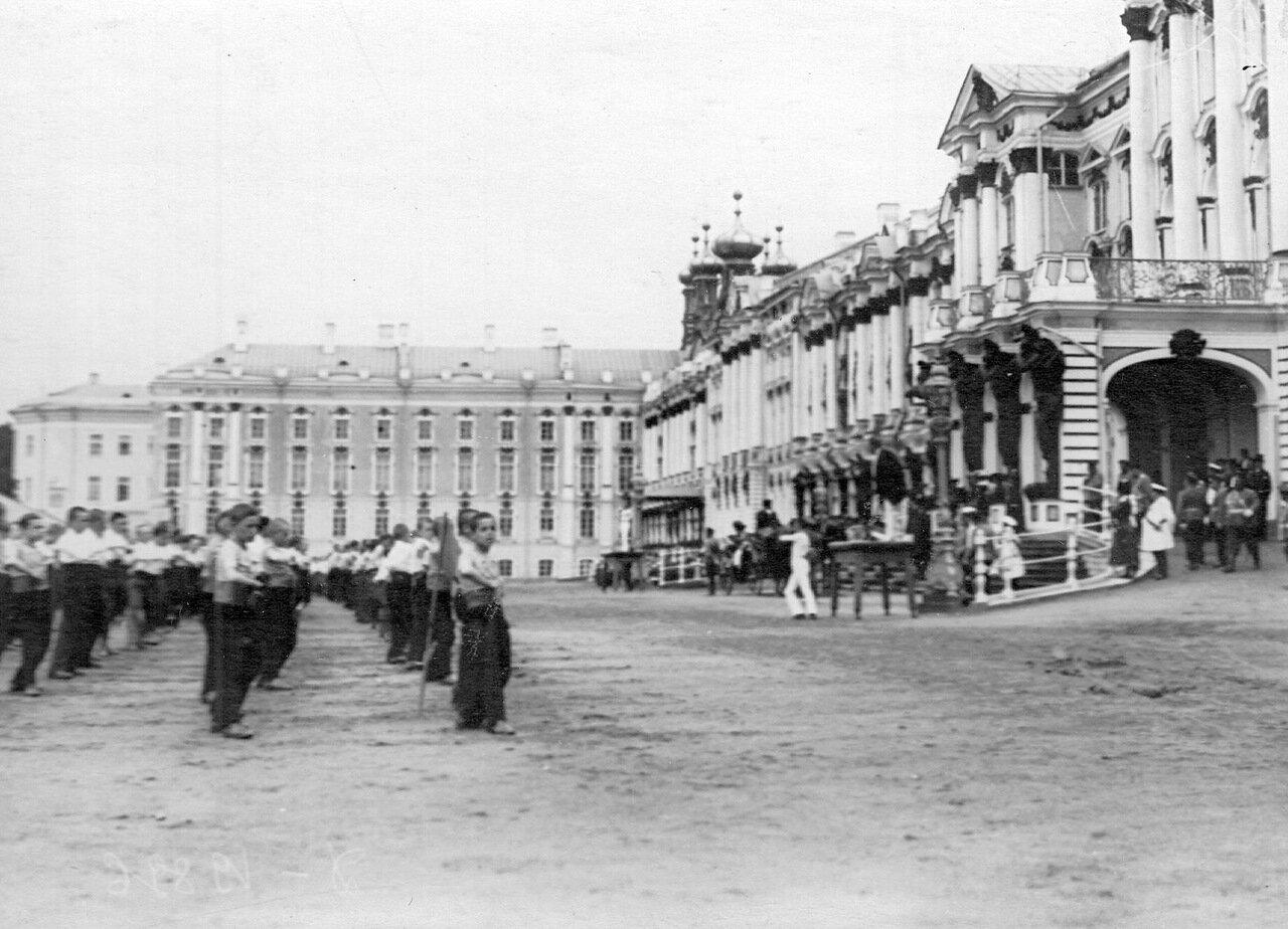 10. Выполнение гимнастических упражнений учащимися на площади перед Екатерининским дворцом
