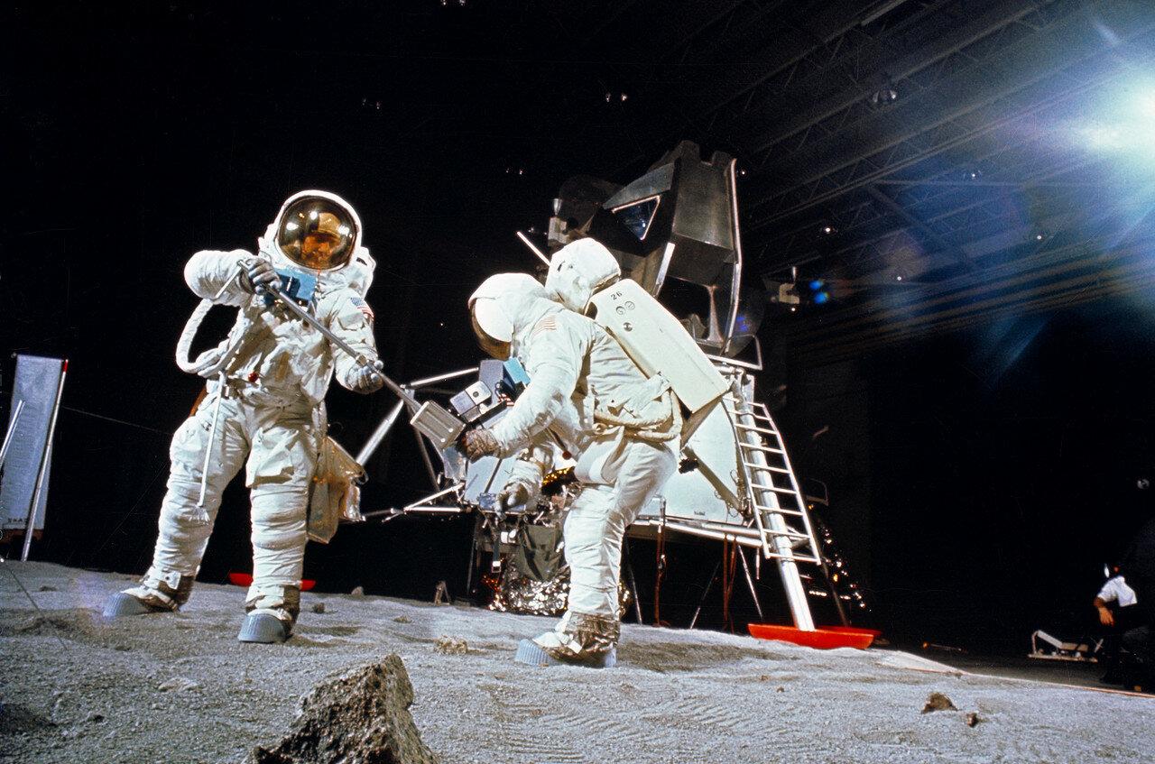 1969, 22 апреля. Олдрин (слева) и Армстронг в Хьюстоне во время тренировки выхода на лунную поверхность