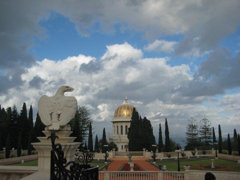 Любовь Лаврова, Путешествие в Израиль, Бахайские сады - скульптура орла