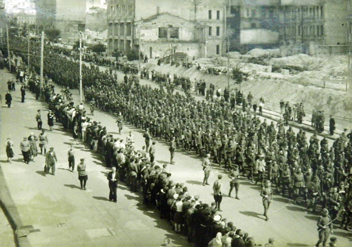 Пленных гитлеровцев проводят по улицам Киева. 16 августа 1944(10).jpg