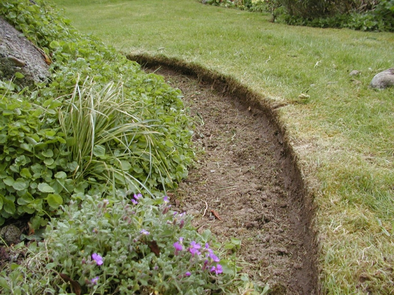 Граница газон-цветник, прорезание почвы