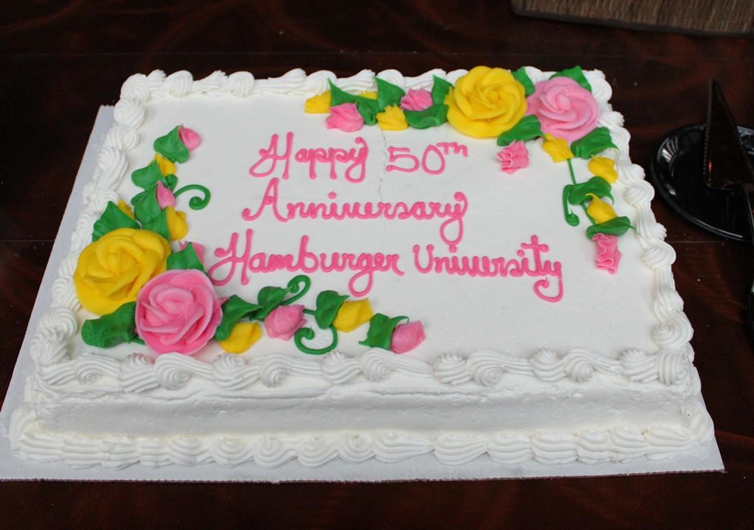 17. Более 80 тысяч людей получили диплом бакалавра гамбургерологии в Университете гамбургера корпора