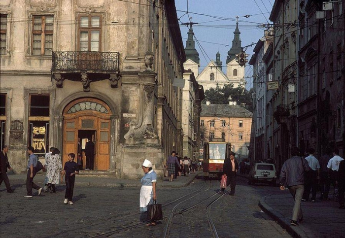 Львовская центральная рыночная площадь, 1988 год. Фотограф Бруно Барби (Bruno Barbey). 10. Шахтёр в