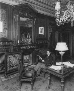 Посол Джордж фон Ленгерке Мейер в кресле у камина в здании посольства.