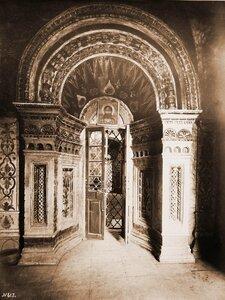 Вид северной двери в Покровском соборе. Москва г.