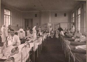 Раненые в палате лазарета при Морозовской больнице.