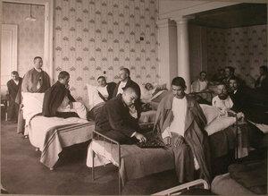 Раненые в палате лазарета,устроенного в помещении женской гимназии Алферовой.