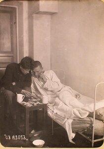 Студент Политехнического института обучают грамоте раненого солдата в одной из палат госпиталя, оборудованного в здании института.
