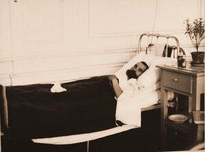 Тяжелораненый в одной из палат госпиталя.