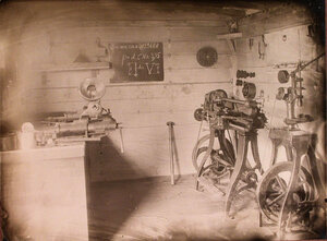 Вид помещения слесарной мастерской, разместившейся в одном из вагонов железнодорожного состава, перевозившего подвижную авиационную мастерскую.