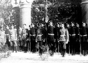 Солдаты лейб-гвардии стрелковой дивизии в почетном карауле на площади перед входом в храм во время его освящения.