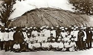 Съставът на щаба на действащата в България Руска армия, четвърти отдясно наляво, прав е барон Сейго Ямадзава, първият японец стъпил на българска земя и участник в Руско-Турската война, село Горна Студена, август 1877 г.