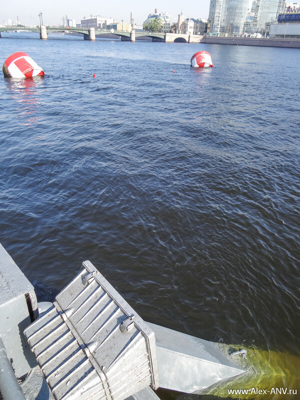 Штанги, которыми крейсер был прикреплён к берегу, опустили в воду и пометили буем.