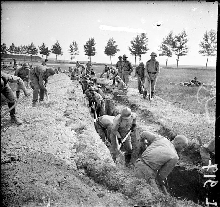 Les troupes russes sur le front de Champagne inspectées par le général Lohvitsky en juillet 1916.
