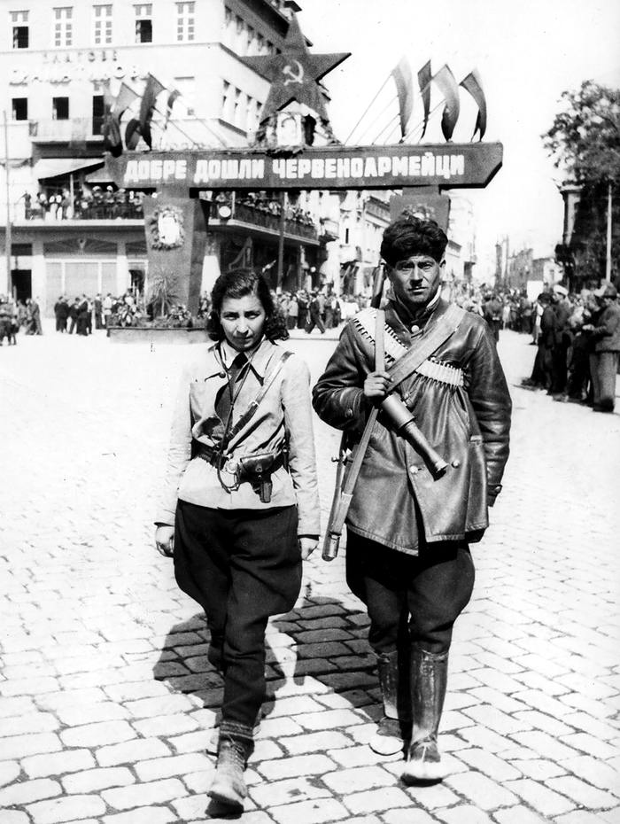 Болгарские партизаны патрулируют улицы Пловдива в ожидании прибытия частей Советской Армии (сентябрь 1944 года)