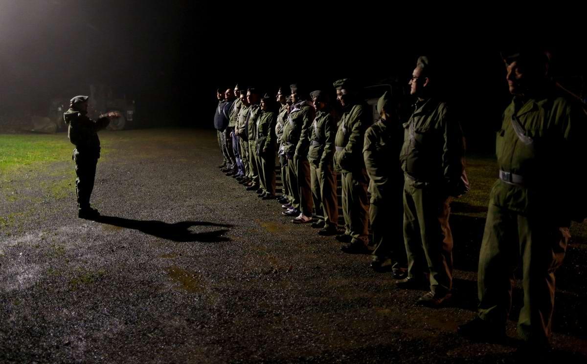 Участники ночной экскурсии по окрестностям бункера слушают своего гида