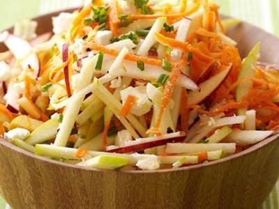 Салат из свежей моркови, сыра и яблок