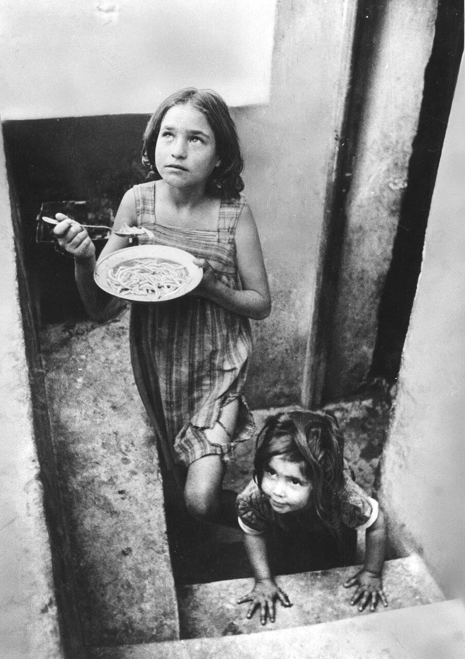 1947. Дети беженцев в подвале Пирея