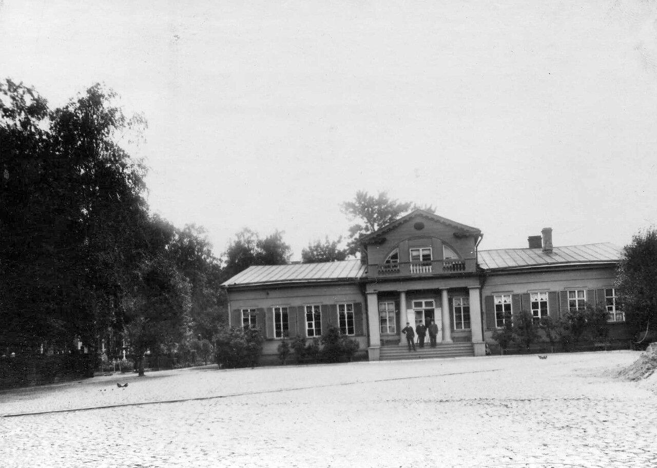 02. Вид здания на кладбище