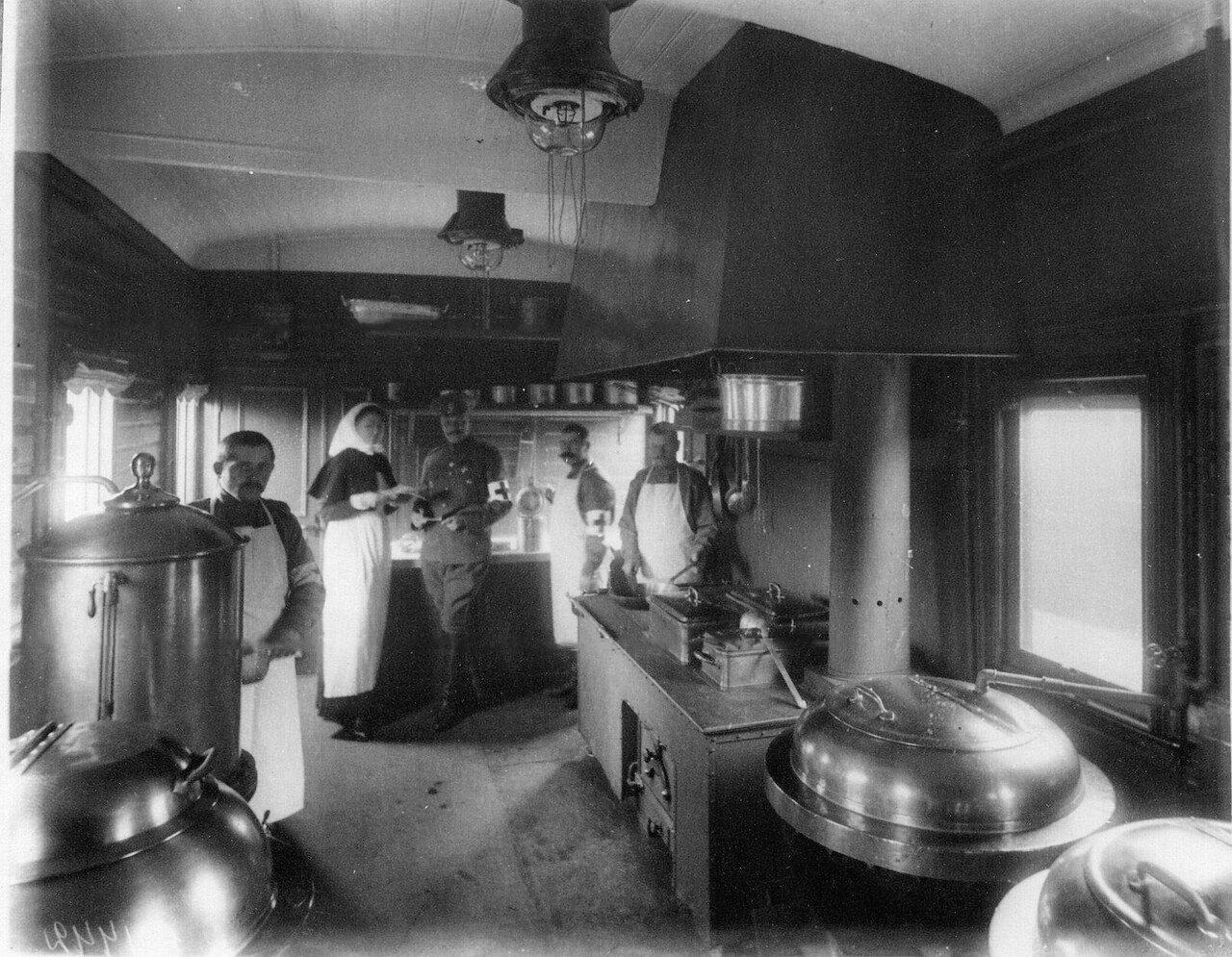 18. Внутренний вид вагона-кухни