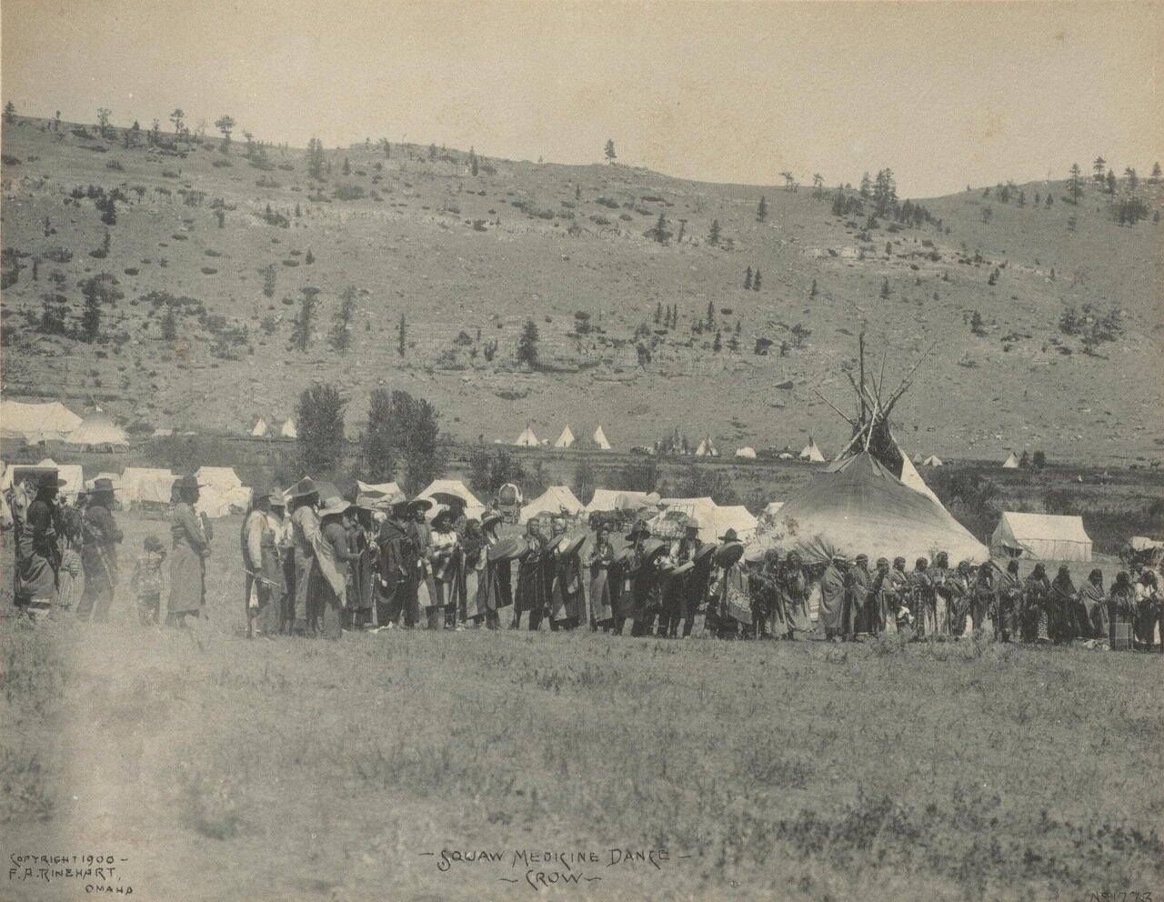 Скво племени кроу исполняют ритуальный танец. 1900