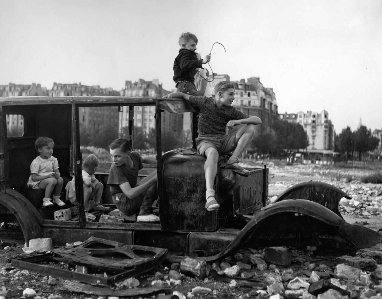 1944. Сгоревший автомобиль