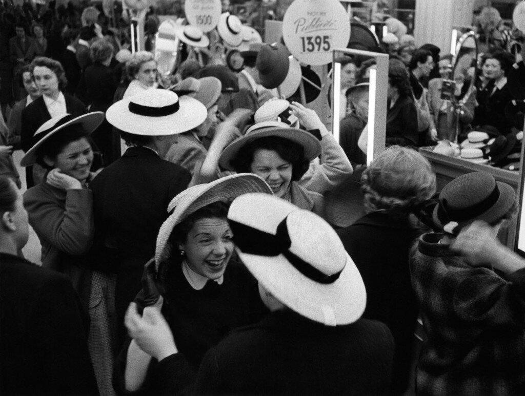 1953. Примерка шляпок