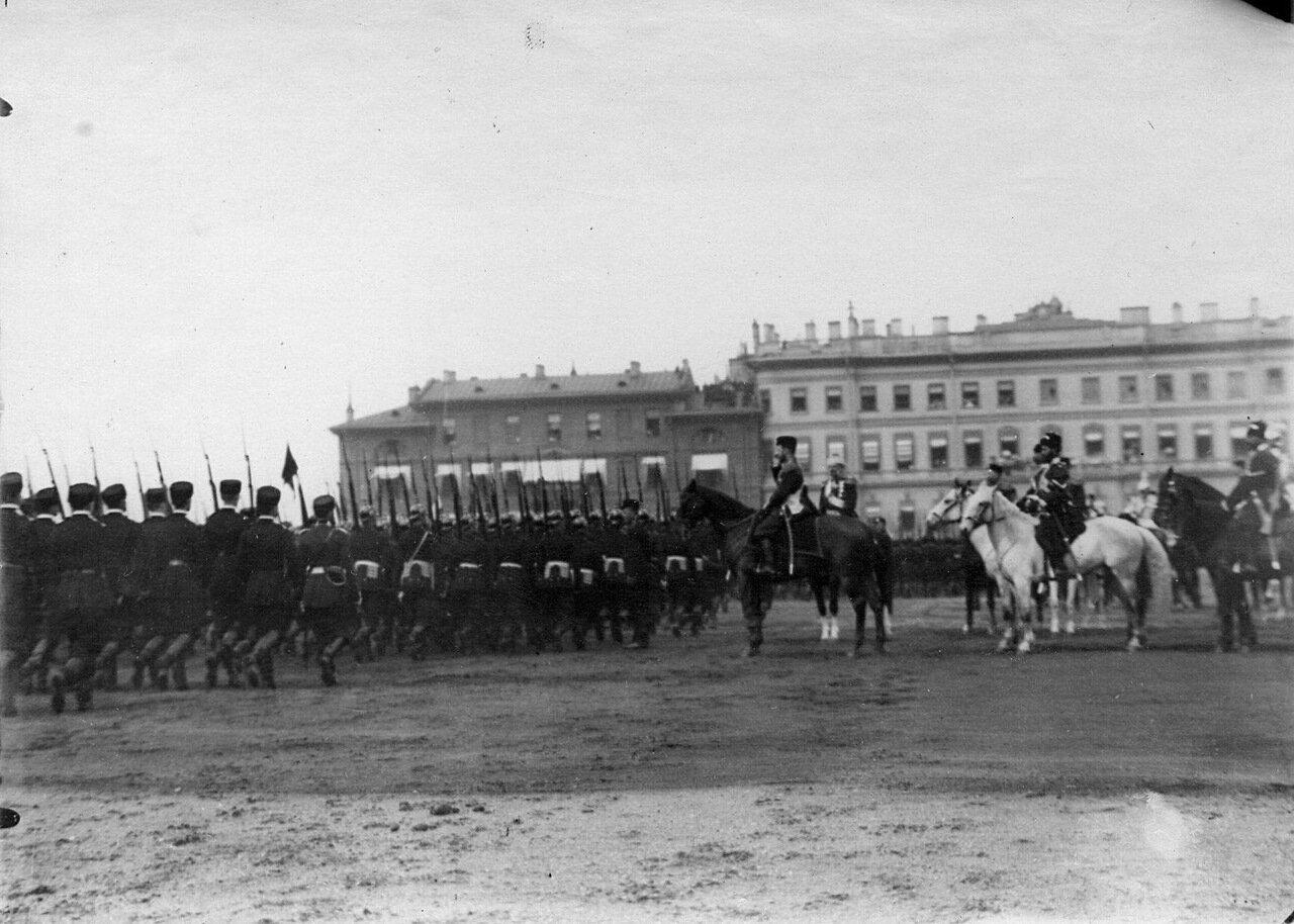 10. Пажи старших классов корпуса проходят церемониальным маршем мимо императора Николая II на майском параде