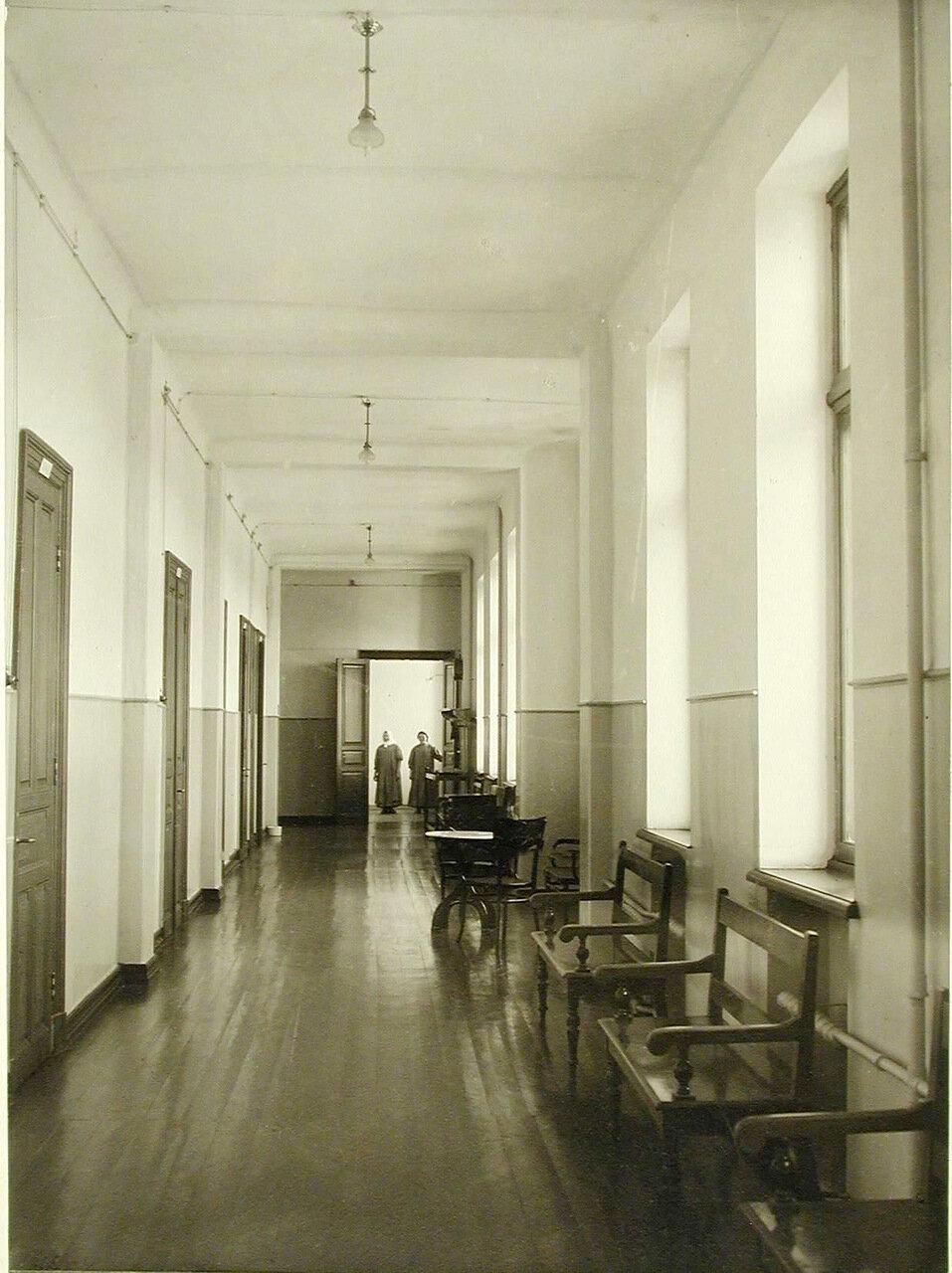 15. Коридор в здании больницы