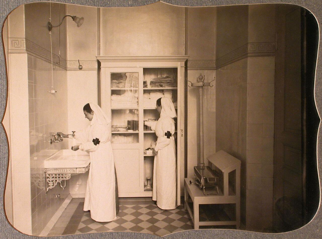 36. Сестры милосердия за работой в стерилизационной комнате лазарета общины