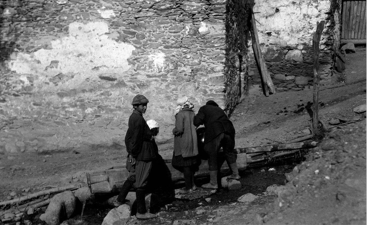 Деревенские набирают воду в Лачамуле