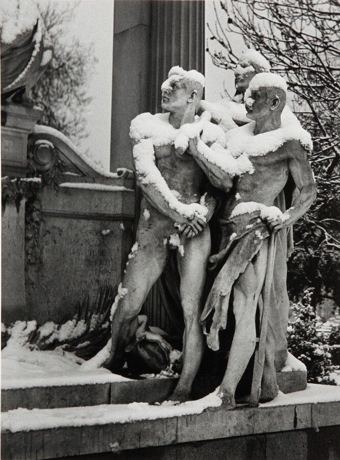 1952. Три фигуры в саду Тюильри