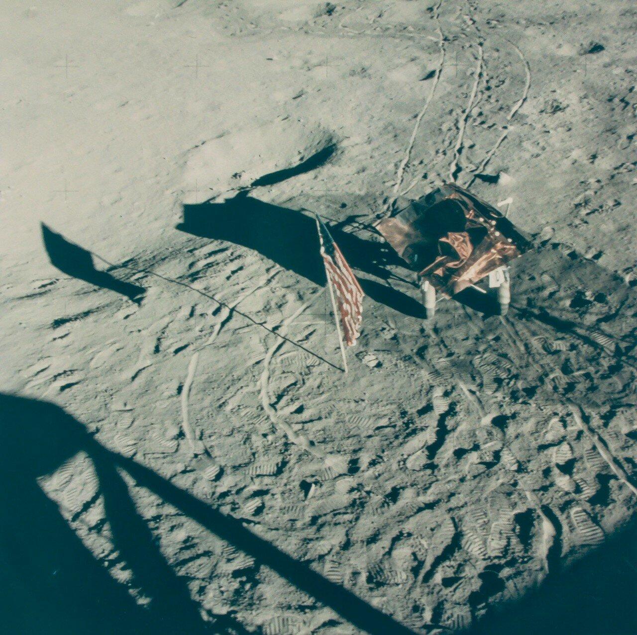 Находящаяся на штативе телевизионная камера была снова включена в 131 час 52 минуты полётного времени. Спустя 5 минут на поверхность Луны спустился Шепард, ещё через три минуты — Митчелл. На снимке: Взгляд на посадочную площадку Аполлона 14