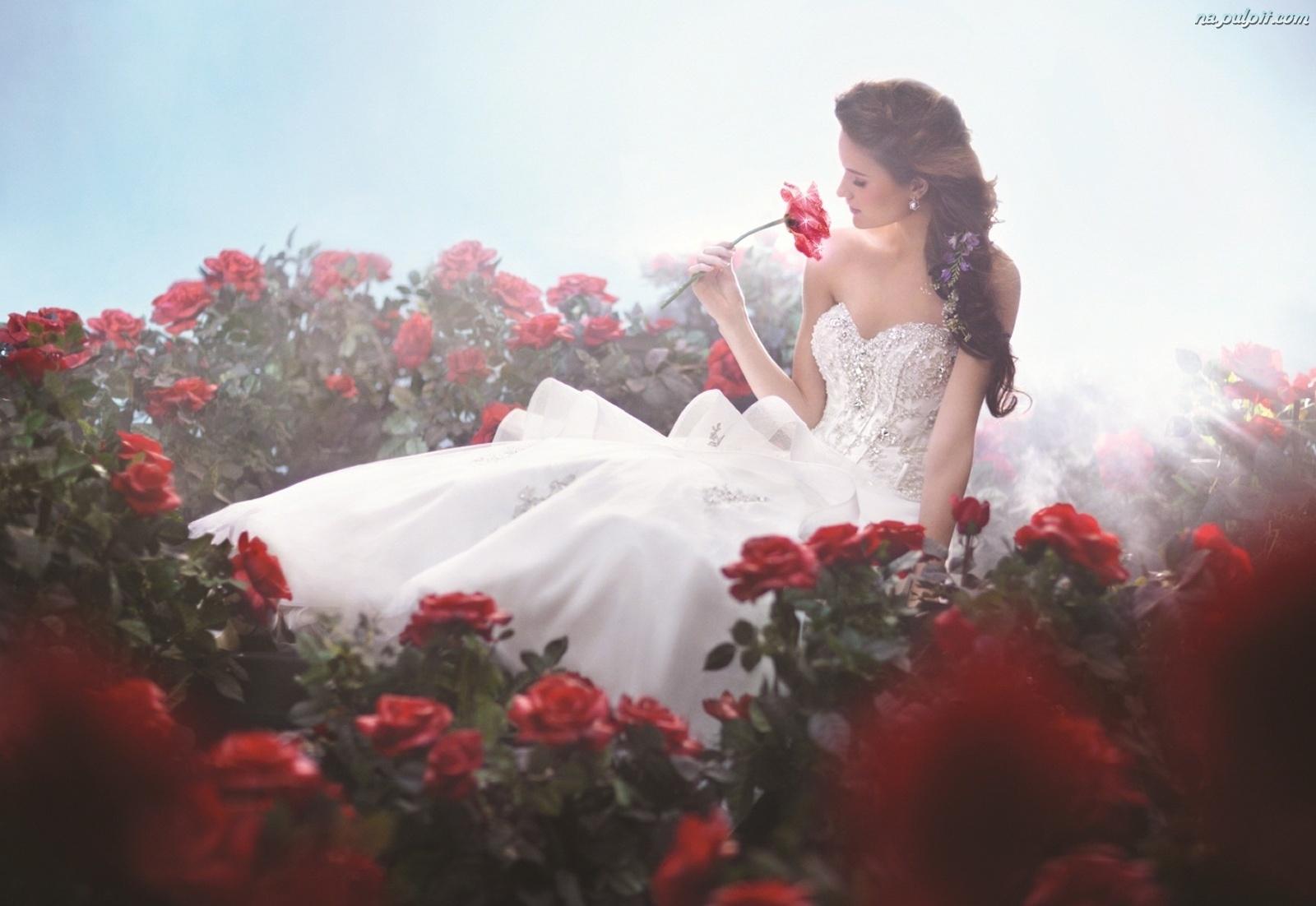 roze-kobieta-biala-suknia.jpg