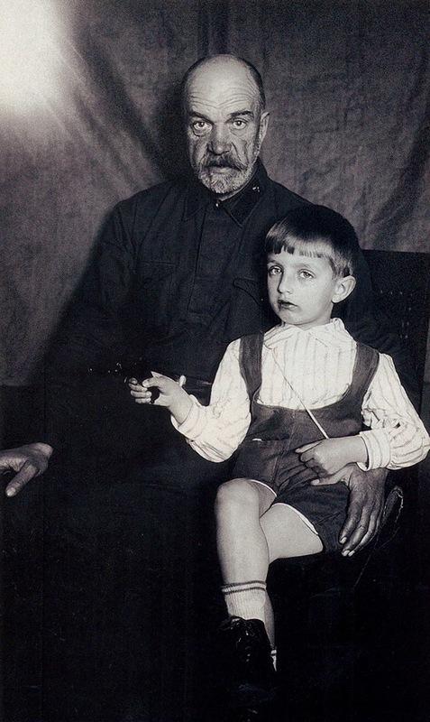 1021 Игорь Дмитриев с дедом, бывшим кавалеристом царской, а после революции - советской армии, Петром Артамоновичем Дмитриевым.jpg