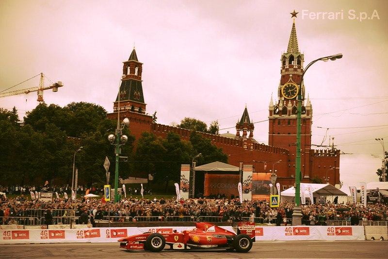 Японский гонщик Камуи Кобаяши разбил болид Ferrari на московском гоночном шоу Moscow City Racing