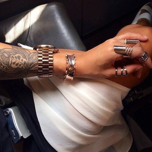 рука Ксения кольца тату часы девушка двойные кольца на фаланги