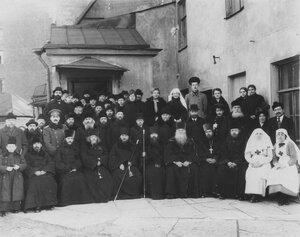 Священники и служащие конторы в день празднования 100-летия кладбища.