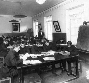 Ученики реального училища за приготовлением уроков.