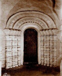 Вид двери в церкви Иоанна Крестителя под колокольней в Борисоглебском монастыре. Ярославская губ., близ Ростова