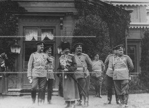 Группа военных. В центре - Георгий Иванович Трубецкой, князь, генерал-майор свиты, командир конвоя.