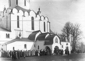 Офицеры полка приветствуют императрицу Александру Федоровну и ее дочерей у Федоровского собора иконы Божией Матери.