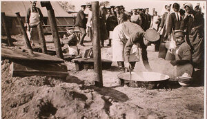 Солдаты раздают горячую пищу беженцам на пункте №5 отряда Красного Креста В.М.Пуришкевича.